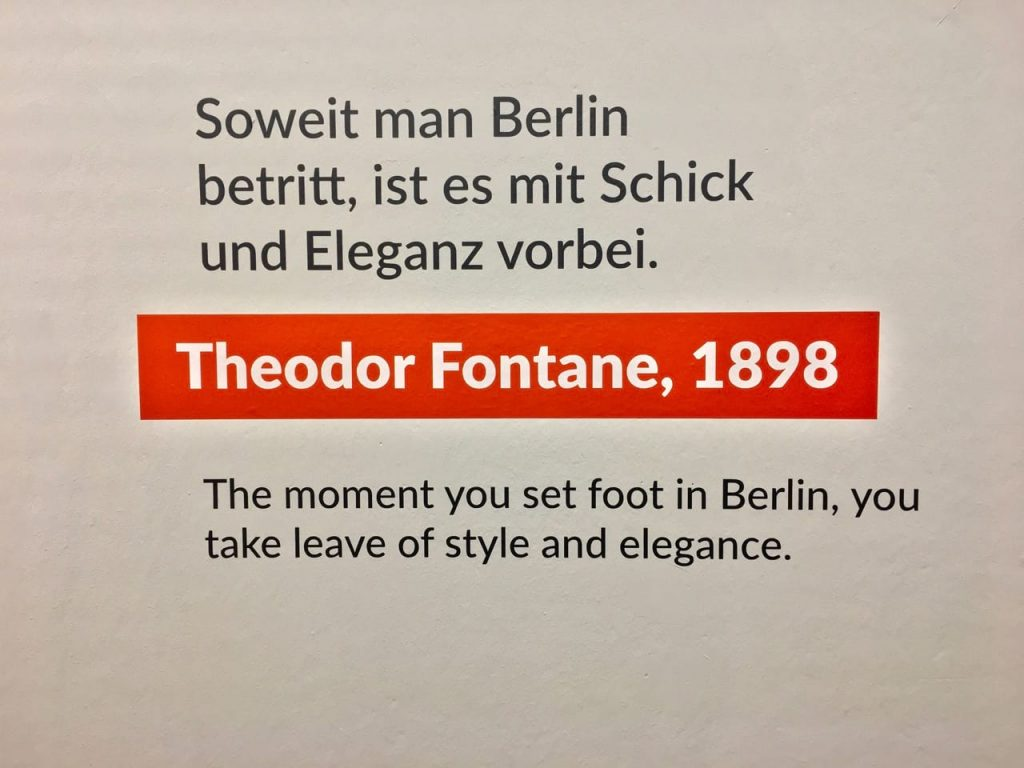 Ein Spruch an der Wand des Märkischen Museums von Theodor Fontane (1898): Soweit man Berlin betritt, ist es mit Schick und Eleganz vorbei.