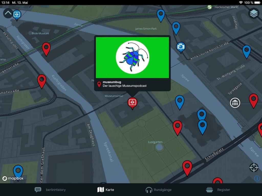 Das Foto zur 14. Folge des museumbug-Podcast zeigt die Kartenansicht der Berliner Museumsinsel in der BerlinHistory App. Über einem der Pins in der Karte ist ein Fenster geöffnet. Es zeigt das Logo des museumbug-Podcast.