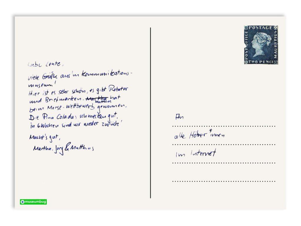 Das Bild zur 16. Episode des museumbug-Podcast. Es zeigt die Rückseite einer Postkarte. Ein kurzer Text wendet sich an die Hörer*innen des Podcast: Viele Grüße aus dem Kommunikationsmuseum. Oben links klebt die bekannte und seltene Blaue-Mauritius-Briefmarke.