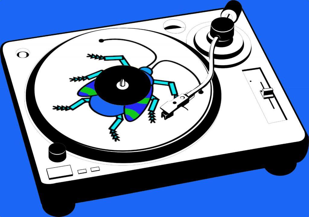 Das Bild zur 20. Folge des museumbug-Podcast. Darauf ist ein schwarz-weisser Plattenspieler vor blauem Hintergrund zu sehen. Auf dem Plattenteller liegt eine Schallplatte. Darauf ist der Käfer des museumbug-Logos gedruckt.